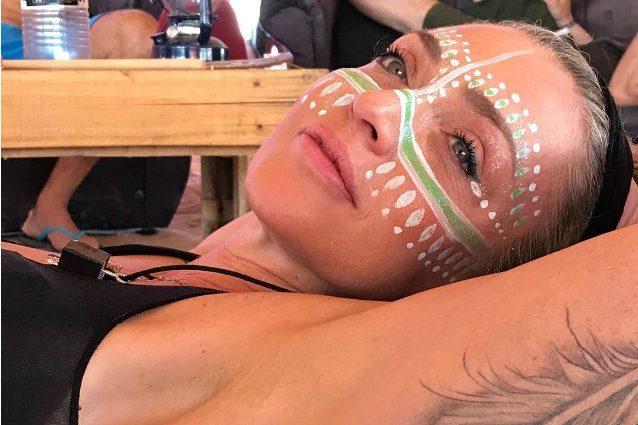 Make-up tribale e bikini fluo: gli originali look estivi di Paola Barale