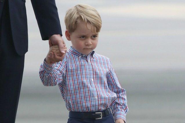 La famiglia reale arriva in Polonia, i bronci del principino George conquistano il web