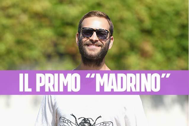 """Alessandro Borghi, il """"madrino"""" di Venezia in jeans macchiati e occhiali da sole"""