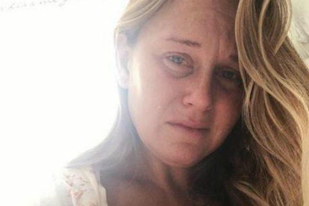 Piange mentre nutre la figlia al seno: Angela rivela le difficoltà dell'allattamento