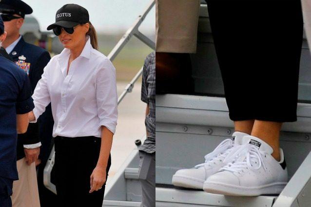 Dopo le critiche la First lady scende dai tacchi: Melania Trump con le sneakers in Texas