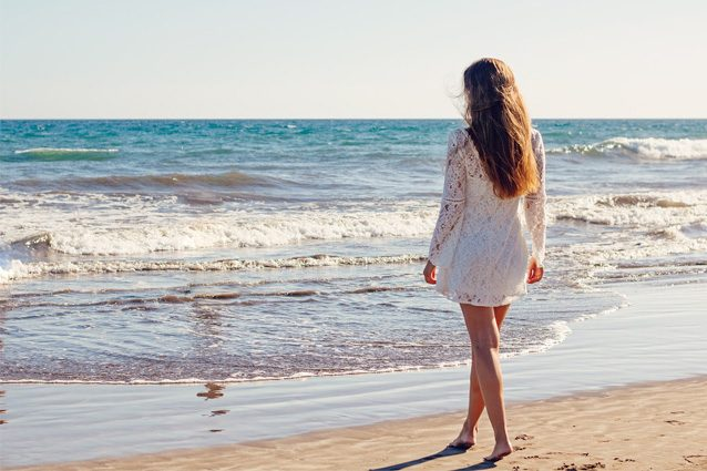 Sgonfi le gambe e bruci più calorie, ecco perché camminare in spiaggia