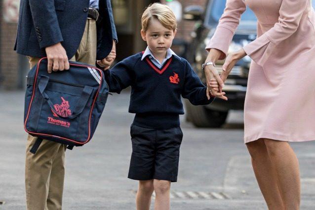 Il primo giorno di scuola del piccolo George: il principe indossa la divisa da 370 sterline