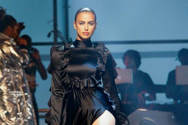 Irina Shayk ritorna in passerella: la prima sfilata dopo il parto della modella
