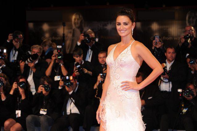 Penelope Cruz diva in bianco: l'attrice incanta Venezia con la sua bellezza