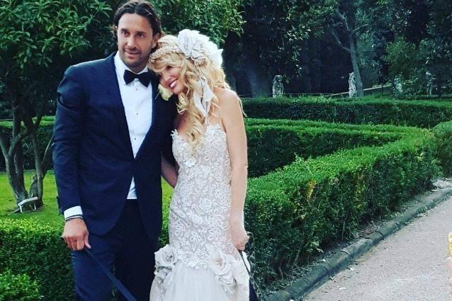 Abito a sirena e corona di fiori: il look di Marta Cecchetto per le nozze con Luca Toni