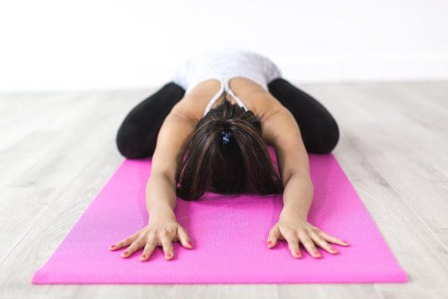 Posizioni yoga: gli asana da eseguire a casa per ritrovare il benessere psicofisico