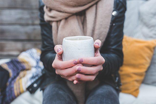 Mani screpolate: rimedi fai da te, cosmetici SOS e consigli anti freddo
