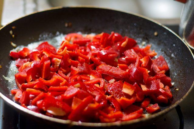 Mescolare in continuazione, usare poco olio: i 7 errori che si commettono spesso in cucina