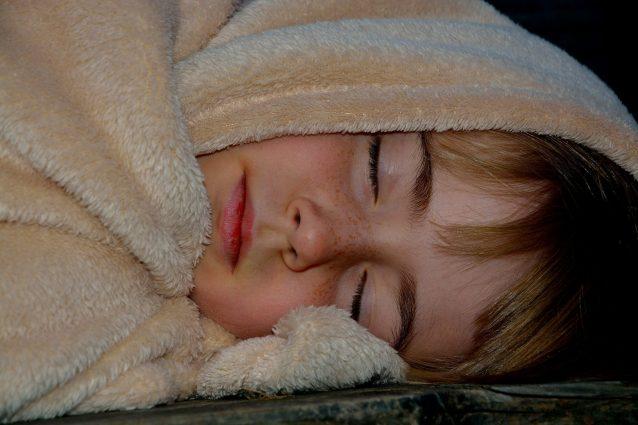 Dormire nel letto con la mamma fino a tre anni fa bene al cuore del bambino