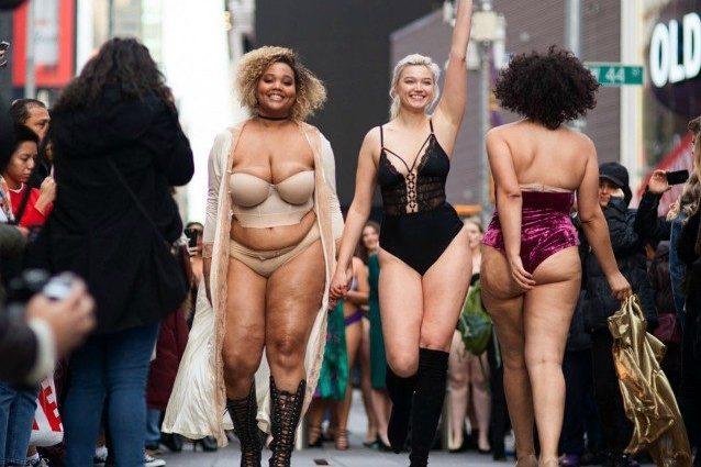 Le curvy sfilano in lingerie come le top di Victoria's Secret: così sfidano gli stereotipi