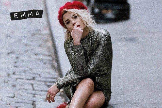 best sneakers 28b50 354f3 GLOBElife | Basco e scarpe rosse: il look di Emma Marrone ...