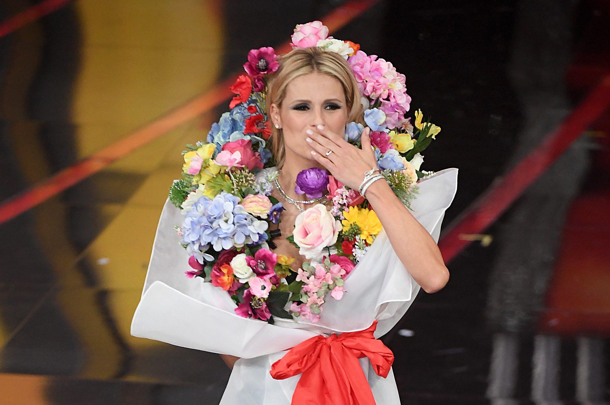 Per Michelle Come Hunziker Un FioriI Look Della La Bouquet Di dxeQCWBor