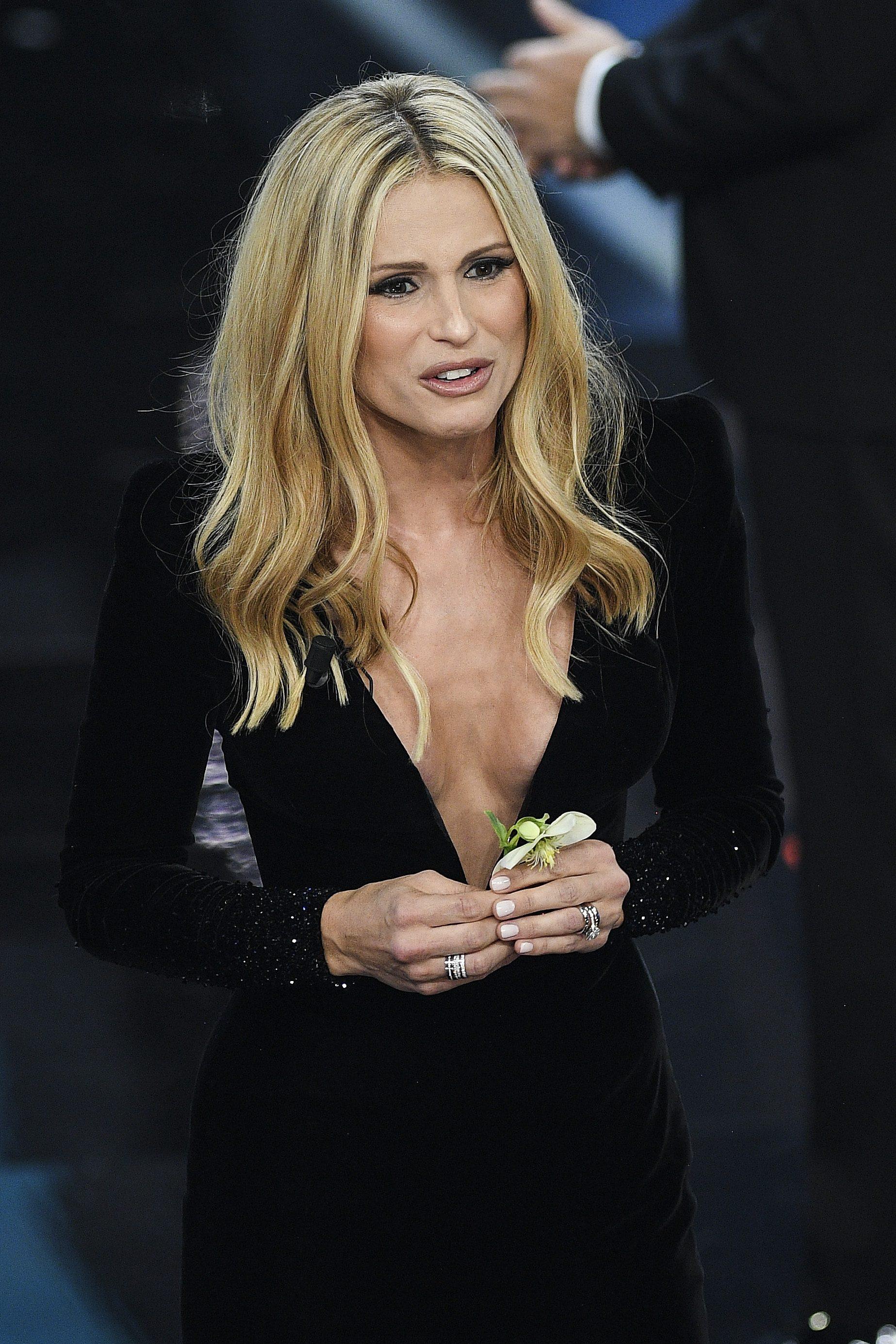 Il seno perfetto di Michelle Hunziker: è rifatto o naturale?