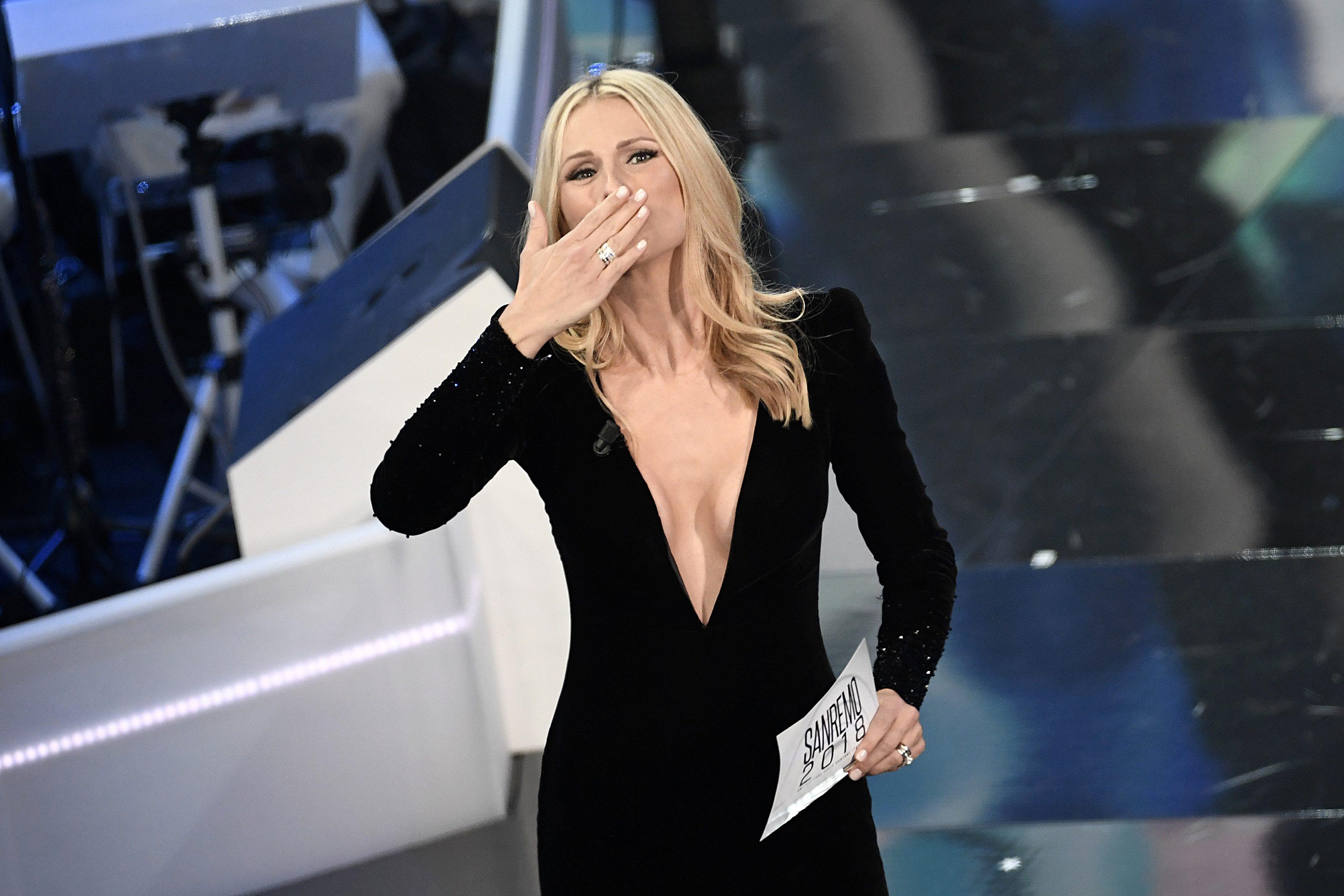 Michelle Hunziker con abito Armani nella prima serata di Sanremo