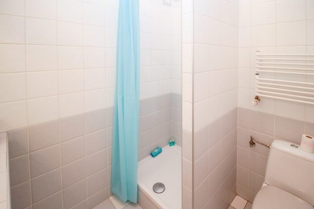 Come pulire la tenda e il tappetino della doccia - Tappetino doccia ...