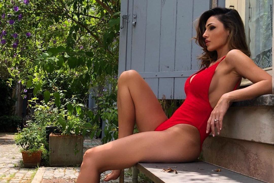 Costume Da Bagno Intero Rosso : Anna tatangelo in costume da bagno la sua estate inizia con il