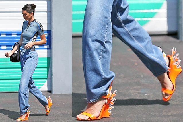 Kendall Jenner con sandali e mini bag Prada