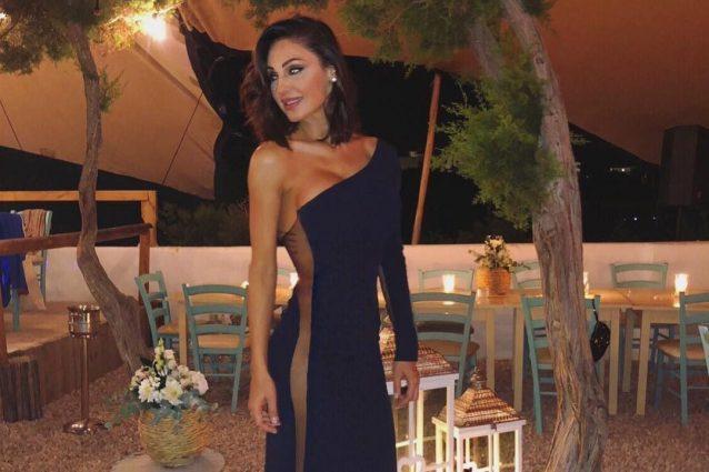 Anna Tatangelo, look al matrimonio hot: fisico statuario e abito senza slip