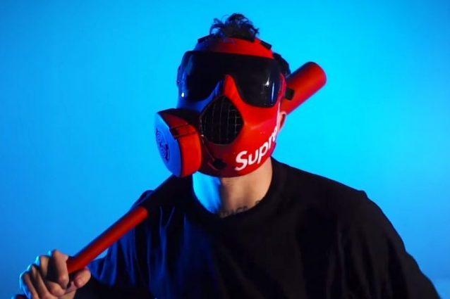 Tutte le maschere di Junior Cally, da quella antigas di Supr