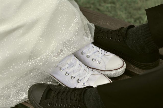 Matrimonio in sneakers, sposarsi senza tacchi è il trend più