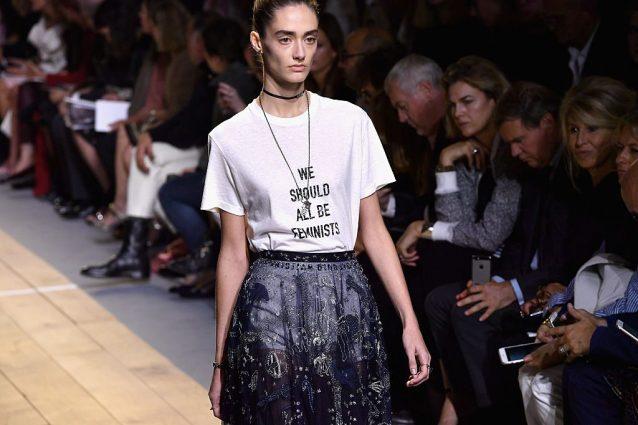 """""""Tutti dovremmo essere femministi"""". L'utopia di Dior è ancor"""