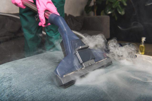 Come disinfettare il divano con il vapore: i consigli per il