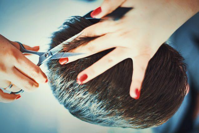 Come tagliare i capelli ad un uomo con le forbici o il rasoi