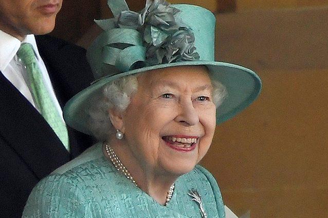 La Regina Elisabetta Lascia Il Trono Per Prendersi Cura Del Marito