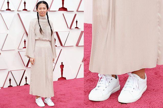 Chloe Zhao, la regista vincitrice agli Oscar 2021 sul palco con le sneakers: lo strappo al dress code