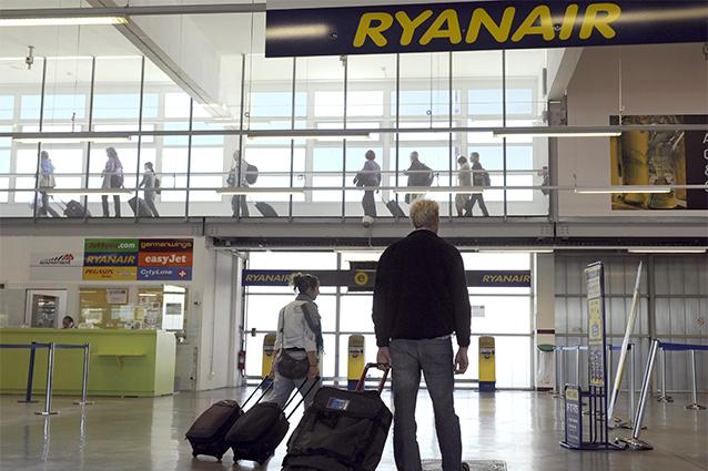 Bagagli a mano (e non) verso il check in di Ryanair (Foto A.–C. Poujoulat/AFP/Getty Images).