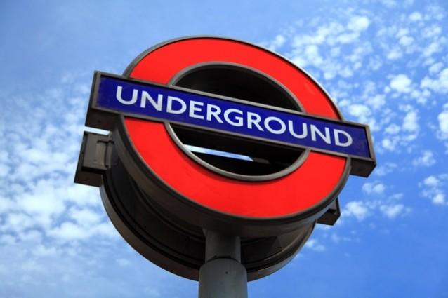 Il roundel, stemma moderno della metro londinese.