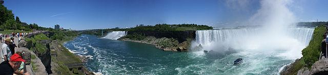 Le Cascata del Niagara e quelle americane viste dal lato canadese (foto da Wikipedia).