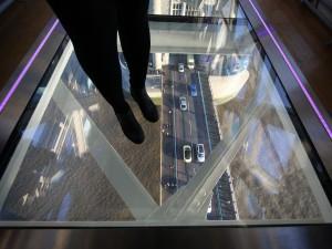 Londra, yoga mozzafiato sul Tower Bridge: a 42 metri sulle acque del Tamigi
