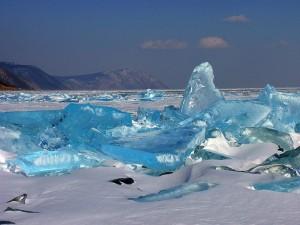 La magia del ghiaccio turchese sul lago Baikal
