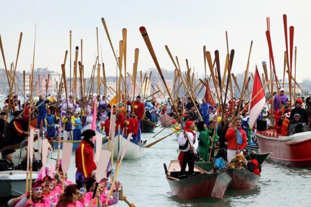 Il Carnevale di Venezia inizia dall'acqua: al via la regata inaugurale