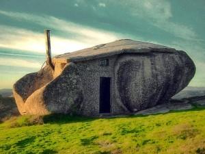 La casa dei Flintstones esiste davvero: si trova in Portogallo