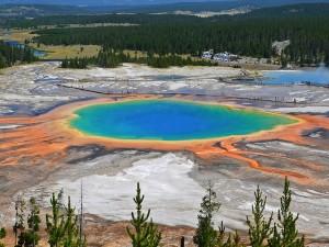 Il lago con i colori dell'arcobaleno