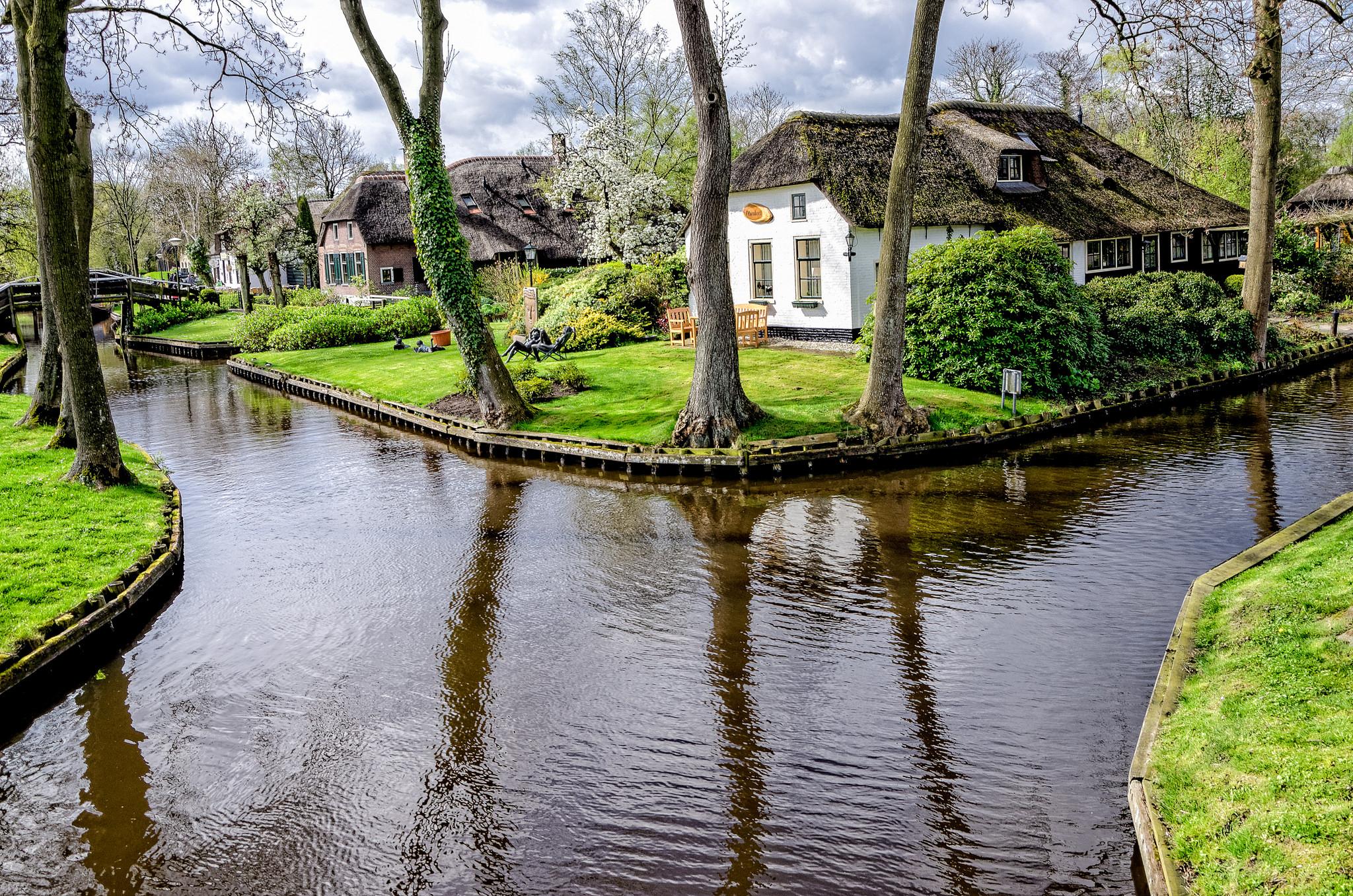Giethoorn la citt senza strade in olanda for Case di legno del paese del lago