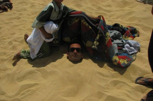 Egitto, bagni di sabbia nel deserto: un trattamento rigenerante