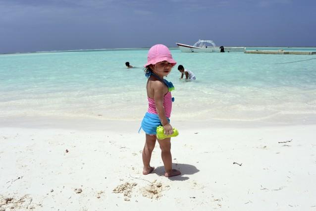 Bambina su una spiaggia di Tortuga.