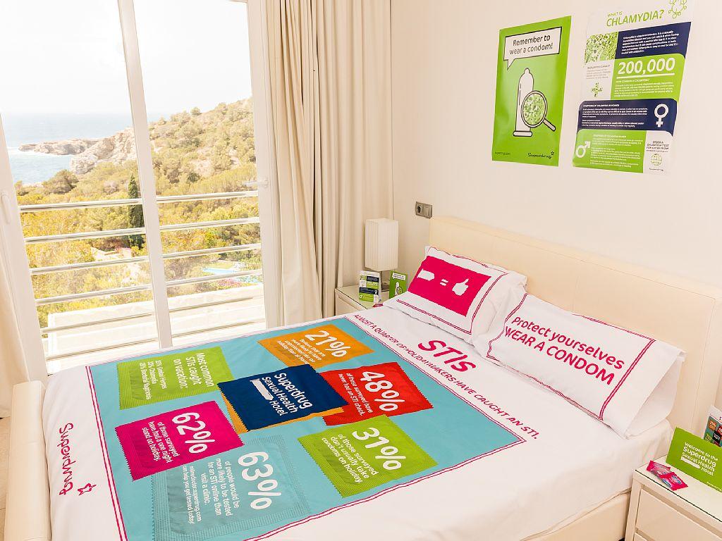 Condom inium di ibiza l 39 hotel gratuito del sesso sicuro - Video sesso sul tavolo ...