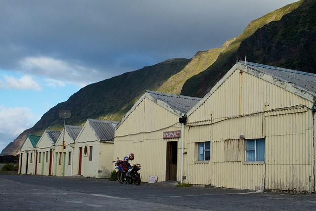 """""""Il supermercato?"""", Sta là, sotto alla montagna (Foto di Brian Gratwicke)."""