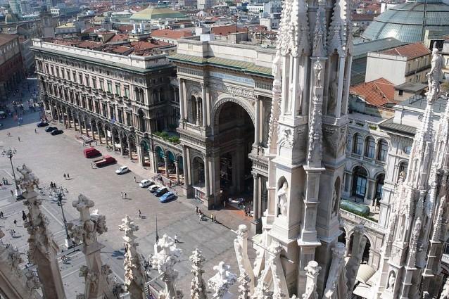L'arco trionfale d'imbocco della Galleria Vittorio Emanuele II di Milano visto dal tetto del Duomo (foto Wikimedia Commons)