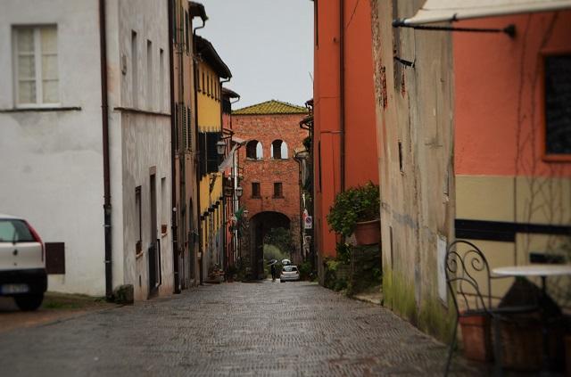 Visitare montecarlo di lucca in toscana for Antica finestra a tre aperture