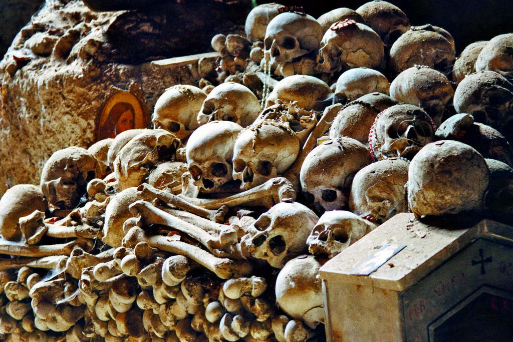 Cimitero delle Fontanelle. Foto di Leon Hart