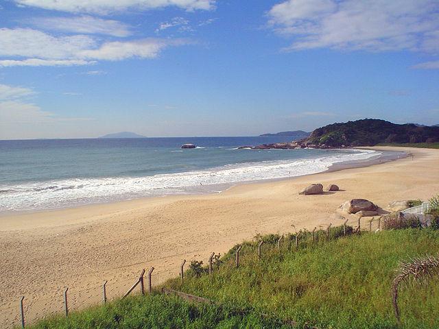 Praia Quatro Ilhas – Foto Wikimedia Commons