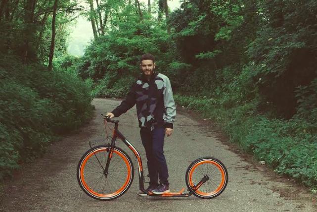 Roberto Cassa e la footbike con cui compirà l'impresa del viaggio in Irlanda