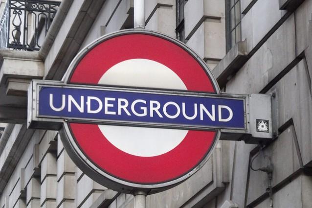 La tipica insegna della metropolitana di Londra – Foto di Elliott Brown