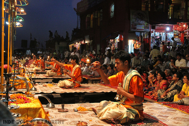 I rituali lungo il Gange. Foto di Eric Laurent